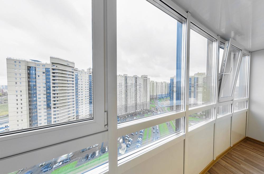 Остекление балконов окнами из алюминия или пластика